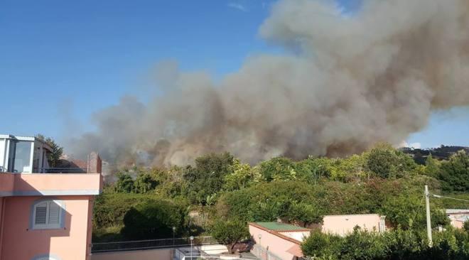 Pozzuoli, vasto incendio nell'area ex Marina Militare in via Celle