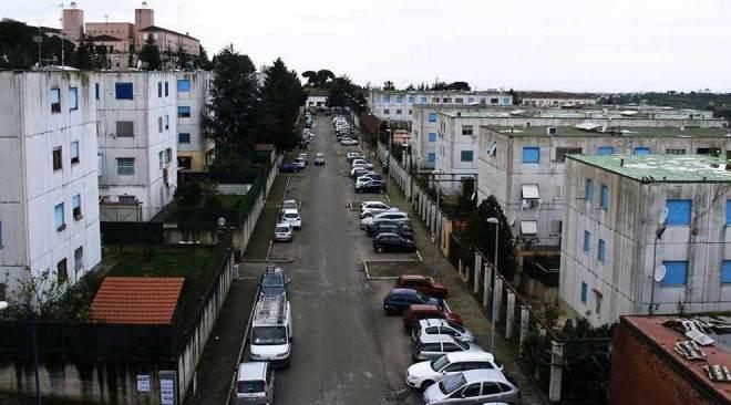 Monterusciello, psicosi rapimenti: gruppo aggredisce camper di rom che frugavano tra i rifiuti