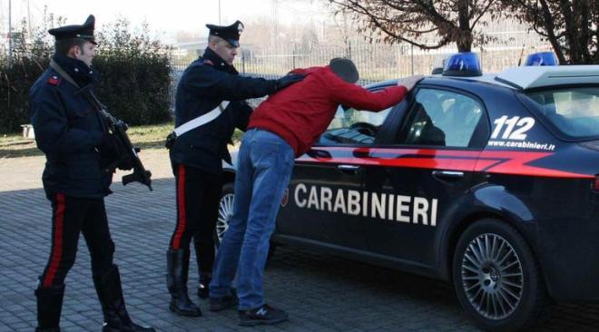 Quarto, prende a testate i carabinieri dopo aver percorso via Seitolla contromano: arrestato