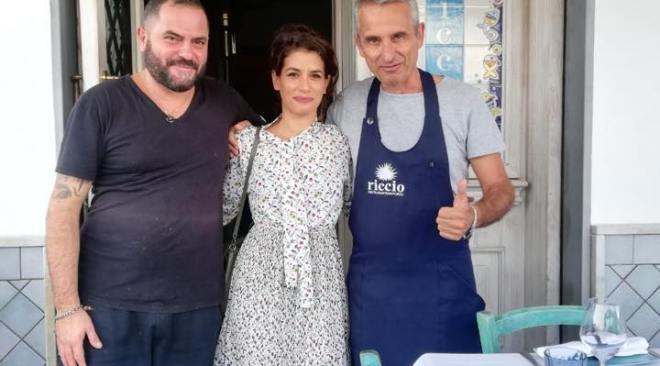 L'attrice Giulia Michelini, alias Rosy Abate, a pranzo sul porto di Baia