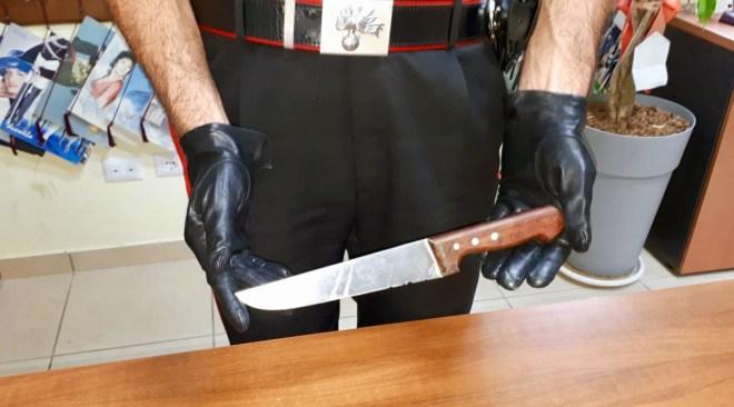 Picchia e sfregia con un coltello la moglie, arrestato un 54enne