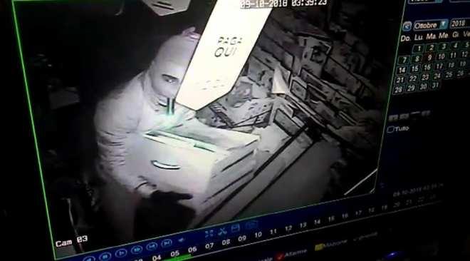 Licola, furto ad un edicola: i ladri fanno razzia di tutto|Gallery