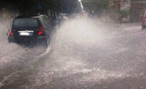 """Campi Flegrei, allerta meteo: dalle ore 22 criticità da """"arancione"""" a """"gialla"""""""
