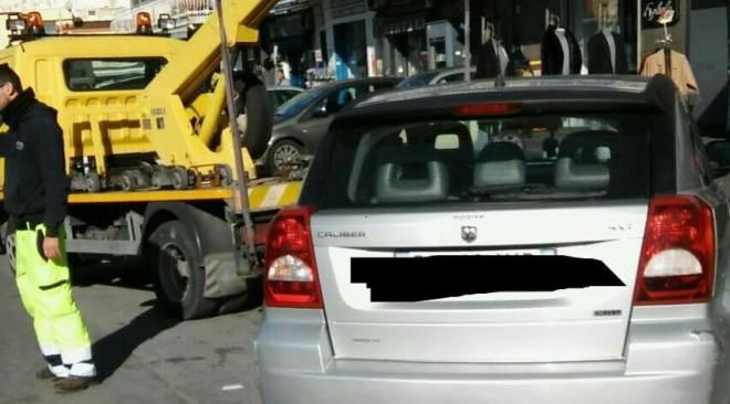 Quarto, task force dei vigili: multe e rimozione forzata di auto in via Campana