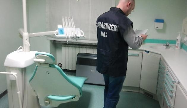 BACOLI/ Dentista abusivo, i Nas sequestrano attrezzature e locale