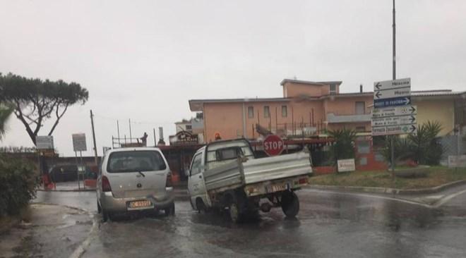 """BACOLI/ Mezzo del Comune sprofonda nel tombino, ai """"Mazzoni"""" fogna per la strada"""