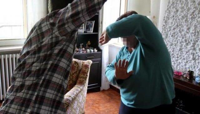 Maltratta e sequestra la moglie in casa, arrestato un 71enne