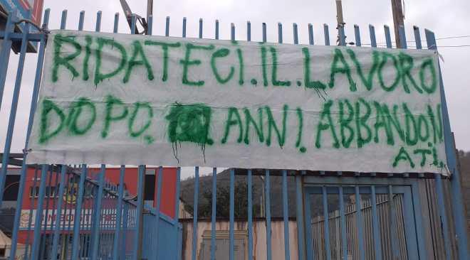 """POZZUOLI/ Sit-in di 5 stagionali della De Vizia: """"Abbandonati dopo 10 anni, ridateci il lavoro"""""""