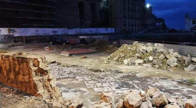 """POZZUOLI/ Giù il muretto della Darsena, monta la protesta: """"Eliminato un pezzo di storia"""""""