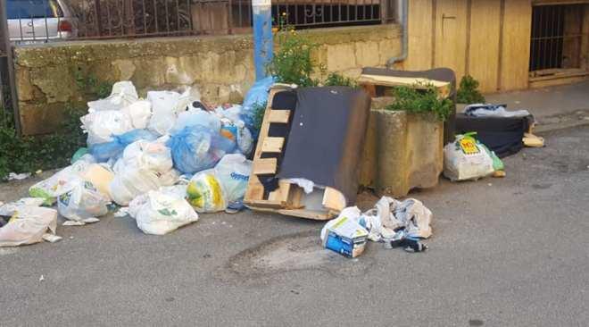 """QUARTO/ """"Via Mauriello, una discarica da 2 settimane e nessuno interviene"""""""