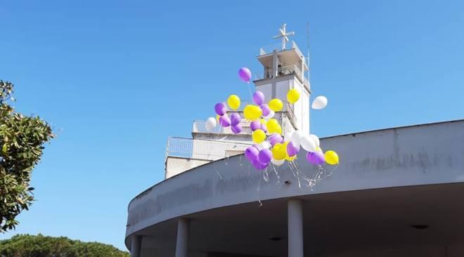Palloncini colorati in cielo, l'ultimo saluto di Bacoli a Karol Grande
