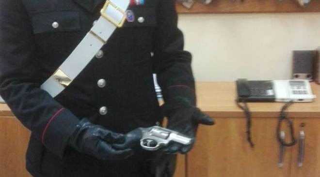 BAIA/ Non si ferma all'alt, arrestato 33enne dopo inseguimento: pistola abrasa e marijuana sequestrata