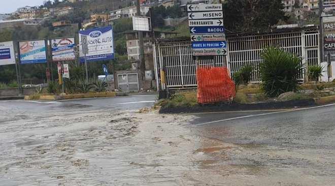 TORREGAVETA/ Fogna in strada e puzza insopportabile, residenti e associazioni sul piede di guerra