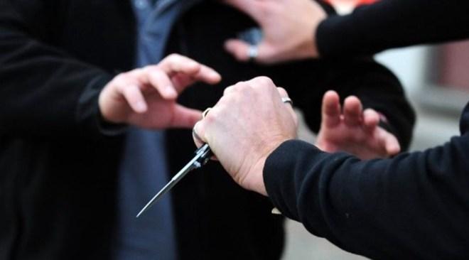 Minaccia la moglie con un coltello davanti ai nipotini, arrestato un 74enne
