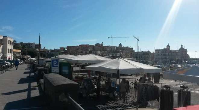 POZZUOLI/ Gli ambulanti di via Roma chiedono autorizzazione per il 25 aprile e il 1° maggio, il Comune lo sospende