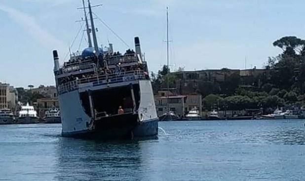 """Traghetto """"Don Peppino"""" arriva inclinato a Ischia, era partito da Pozzuoli: capitaneria apre indagine"""