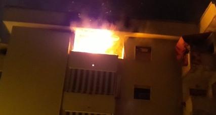 POZZUOLI/ Terrore al Rione Toiano, incendio distrugge appartamento: pompieri sgomberano palazzo
