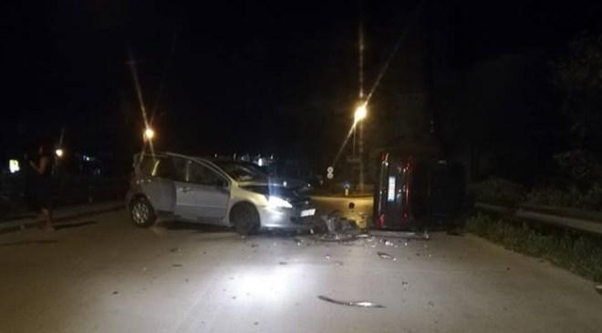 LAGO PATRIA/ Pauroso incidente provocato da auto condotta da 3 immigrati che, poi, fuggono a piedi
