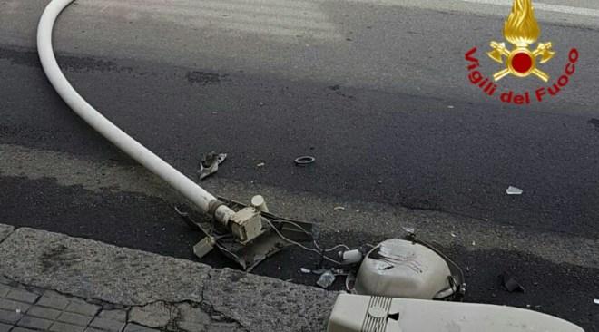 LUCRINO/ Auto abbatte palo della luce in via Miliscola, sfiorata la tragedia: strada chiusa dai vigili
