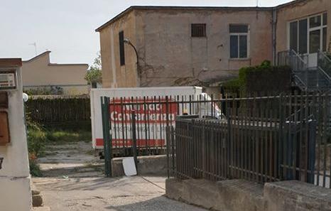 """BACOLI/ """"L'area dell'ex scuola Plinio il Vecchio usata come parcheggio e deposito materiali"""""""