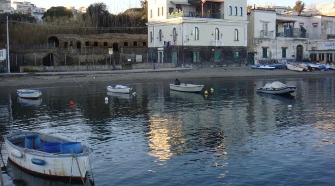 Divieto di balneazione a Marina Grande, foce centrale del lago Fusaro, porto e parco sommerso di Baia