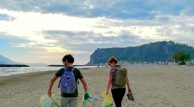 LA STORIA/ Sarah dalla Germania per vedere il mare ha raccolto rifiuti sulla spiaggia di Miseno
