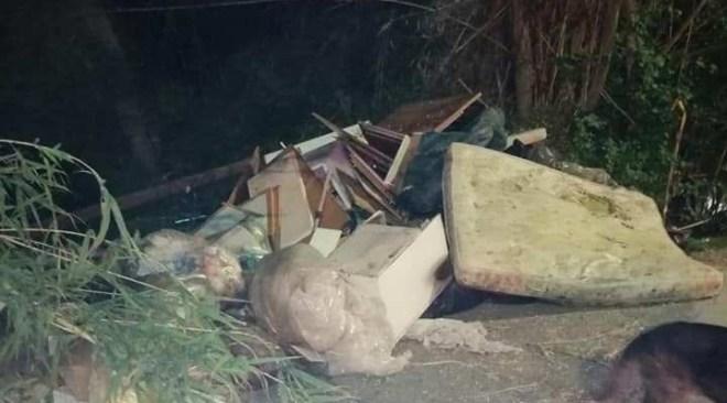 LICOLA/ Ancora uno sversamento illegale di rifiuti in via Orsa Maggiore|FOTO