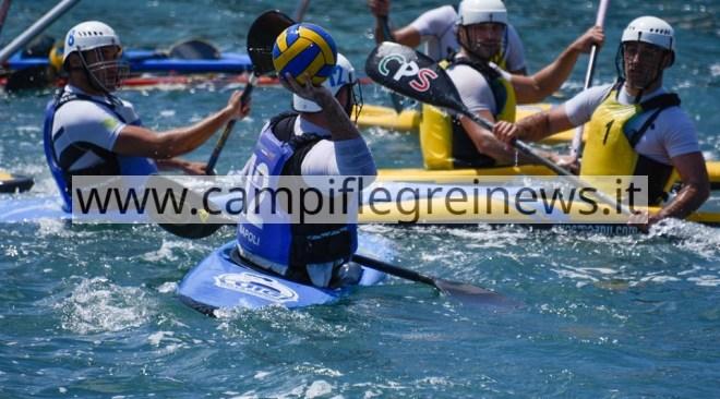 Nel lago Miseno lo spettacolo delle serie A di canoa polo: Napoli insegue i play off