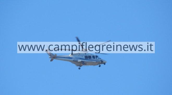 L'elicottero di Papa Francesco sui Campi Flegrei prima di atterrare a Posillipo