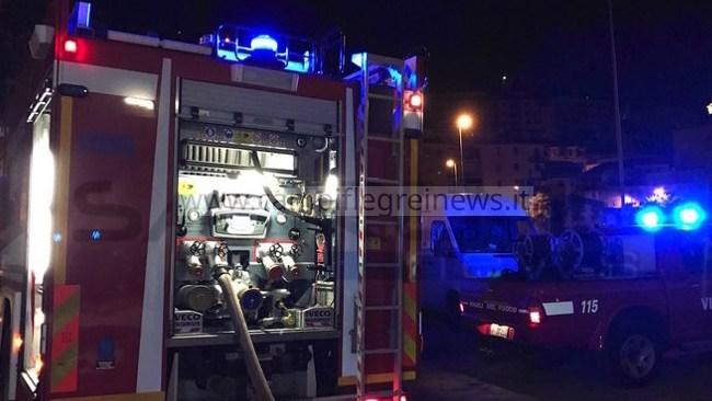 POZZUOLI/ Grosso cartellone si abbatte sulla strada a La Schiana, pompieri liberano la carreggiata