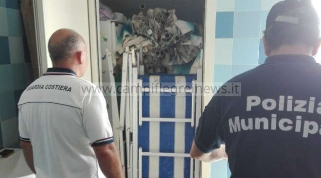 POZZUOLI/ Sequestro di lettini e ombrelloni a via Napoli, liberati due bagni pubblici chiusi con catenacci