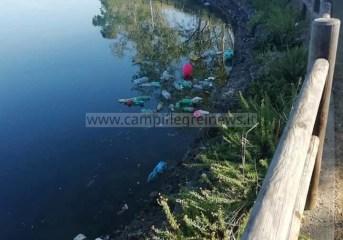 BACOLI/ Scarti e rifiuti di una festa gettati nel lago Miseno