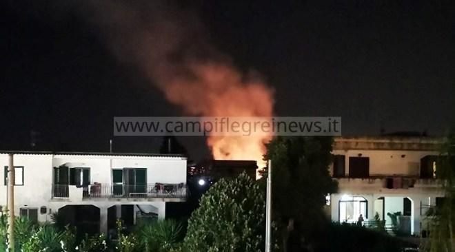 VARCATURO/ Panico nelle notte, incendio tra le case in via Torre Scafati FOTO