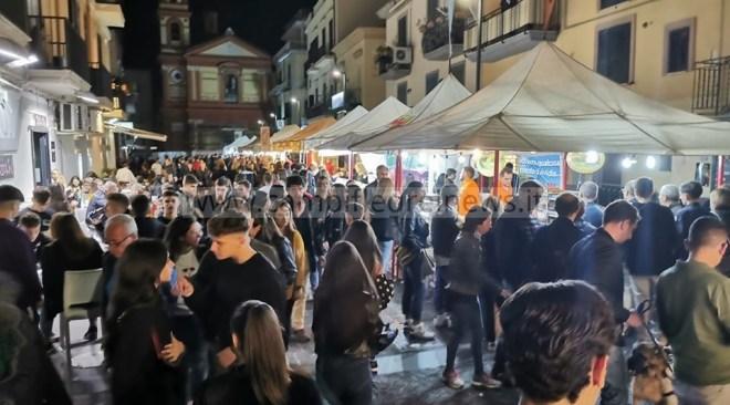 POZZUOLI/ Festival delle Tradizioni Italiane, bagno di folla ieri sera in piazza della Repubblica – LE FOTO