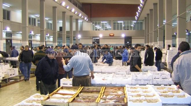 POZZUOLI/ Furbetti del cartellino al mercato ittico di via Fasano: 12 dipendenti e 3 Lsu indagati