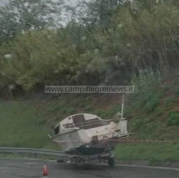 Barca abbandonata da 10 giorni tra Varcaturo e Lago Patria sulla Strada Statale 7 Quater
