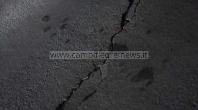"""QUARTO/ Vistose crepe sull'asfalto nei pressi del ponte di via Crocillo, la gente: """"Abbiamo paura"""" - LE FOTO"""