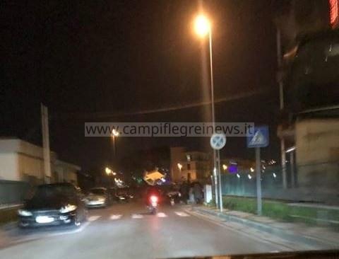 QUARTO/ Trasportano tavolo in sella al motorino nel centro storico