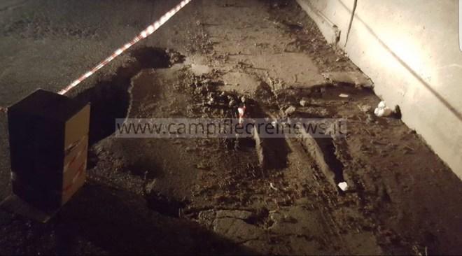 """ULTIMORA/ Strada sprofonda nel quartiere Reginelle, recintata con segnali """"fai da te"""" - LE FOTO"""