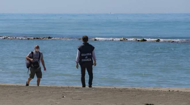 POZZUOLI/ Passeggiate e corse in spiaggia, da lunedì si può: arriva l'ordinanza