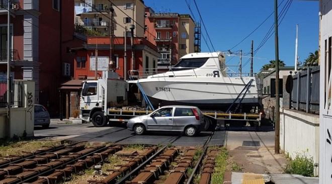 Barca blocca la linea Cumana