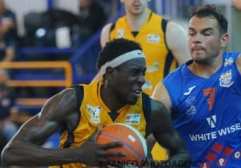 Basket| Virtus Pozzuoli, brutto scivolone contro Monopoli che vince 83-60. Si deciderà tutto mercoledì in gara cinque