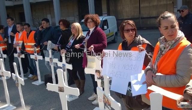 Tragedia di Monteforte Irpino, protesta dei familiari delle vittime davanti al Tribunale