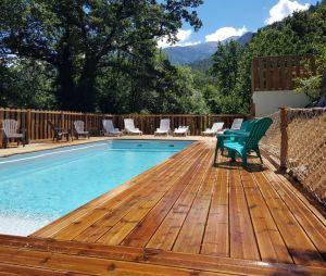 Piscine avec terrasse bois_camping_les_cerisiers_face_au_mont_canigou_a_vernet_les_bains