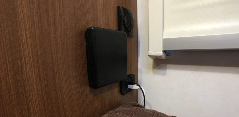 USB Steckdose und Getraenkehalter Bett