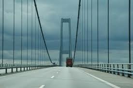 Med bobil over Storebaelt broen i Danmark