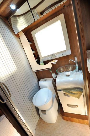 Bad og toalett er todelt med toalett med håndvask i den ene siden og dusjkabinett i den andre siden.