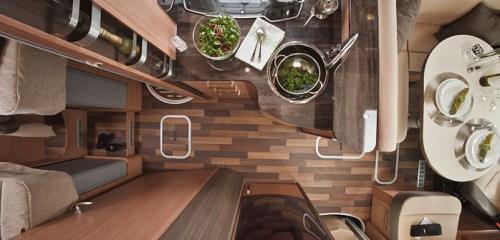 Kjøkkenet og litt av stuen sett ovenfra