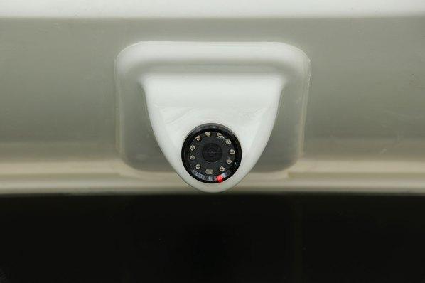 Sur les profilés, la caméra avant est dissimulé sous la casquette.