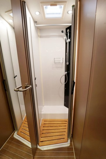 En réunissant la douche et le cabinet de toilette, on profite d'une véritable salle de bain tout-en-un.